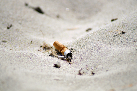 cigarette on the beach 版權商用圖片