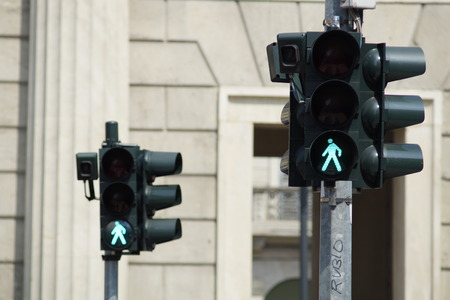 semaforo peatonal: luces de la luz verde de tráfico de peatones Foto de archivo