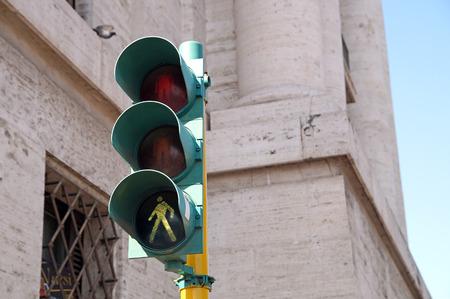 semaforo peatonal: el tránsito de peatones se ilumina en verde