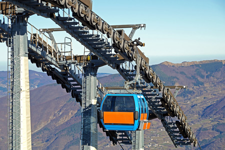 poleas: Chairlift mechanical pulleys in ski resort . Gear cable car Foto de archivo