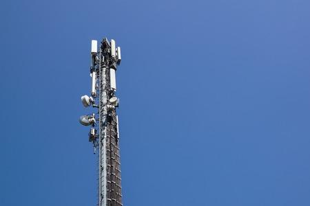Tour d'antenne de communication avec fond de ciel bleu
