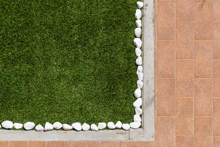Vloerontwerp met tegels en siergrind. Verschillende materialen voor vloeren in de tuin. Professioneel tuinieren Stockfoto