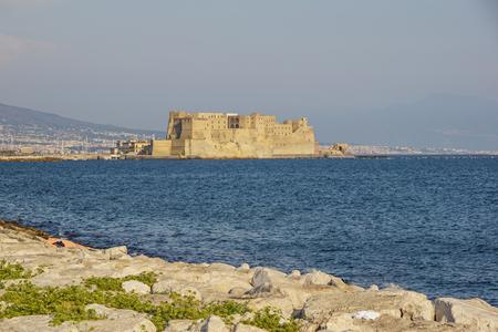 나폴리 만 (Gulf of Naples)이있는 이탈리아의 나폴리 항구에있는 에그 요새를위한 카스텔 델 오보 (Castel dellOvo italian)