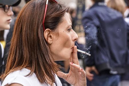 Mailand, Italien - 17. März 2018: Szene aus der Metropole mit Nahaufnahme der rauchenden Frau, Milan