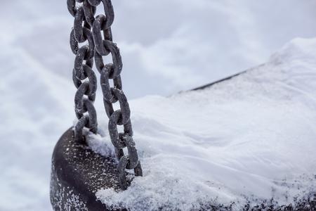Empty swing in winter time with snow. Standard-Bild - 102850164