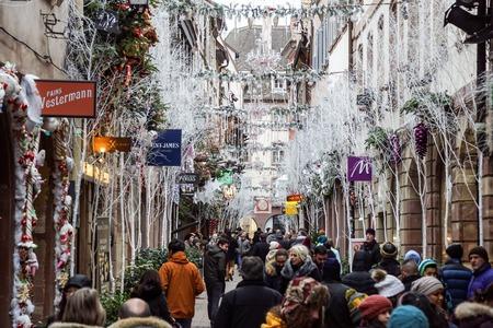Straßburg, Frankreich - 24. Dezember 2017: Belebter Weihnachtsmarkt Christkindlmarkt in der Stadt Straßburg, Elsass, Frankreich mit Menschen, die die Stadt bewundern?