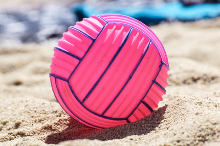 beach volleyball ball at the beach .Pink ball Banco de Imagens - 122114027