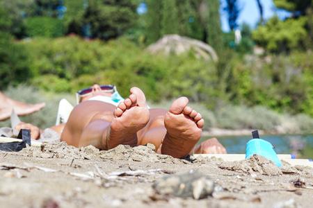 Vacaciones de vacaciones. Pies de mujer primer plano de niña relajante en la playa en hamacas disfrutando del sol en un día soleado de verano