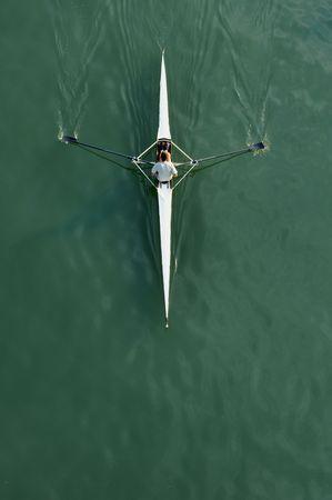 bateau de course: image d'un jeune homme en aviron kayak sur la rivi�re