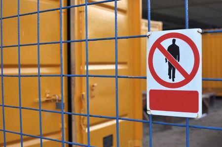 no pase: Ninguna se�al de tr�nsito en una valla de metal de cuadr�cula de azul.