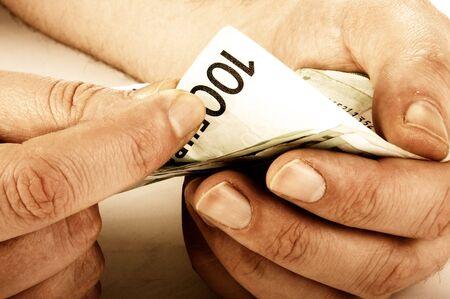 banconote euro: Le mani di lavoratori conta centinaia di banconote in euro, seppia tonica immagine