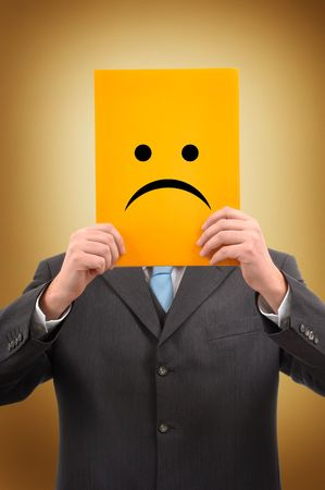 cara triste: Hombre de negocios en conjunto gris est� celebrando una carpeta amarilla con cara triste en ella