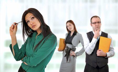 desconfianza: Situaci�n de negocios, administrador y un colega tener doundts sobre ideas de j�venes empleados.