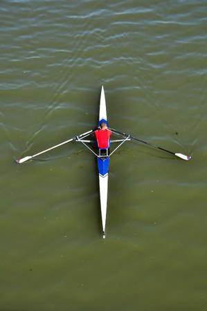kayak: afbeelding van een jonge man roeien in kajak in de rivier