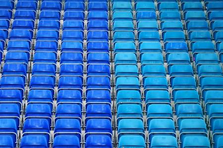 asiento: Asientos de pl�sticos vac�os en el estadio, pabell�n de deportes de opendoor.  Foto de archivo
