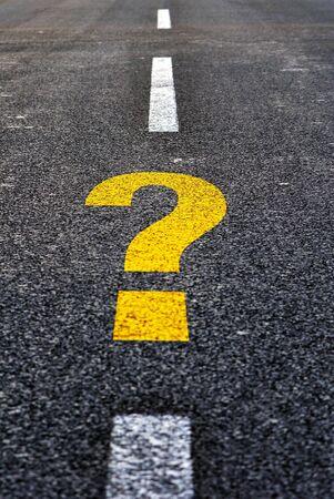 preguntando: Signo de interrogaci�n, dibujado en una carretera de asfalto negro