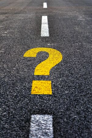 query: Vraag teken op een zwarte asfalt weg getekend