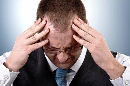 hoofdpijn: Jonge zaken man met hoofd pijn, close-up beeld