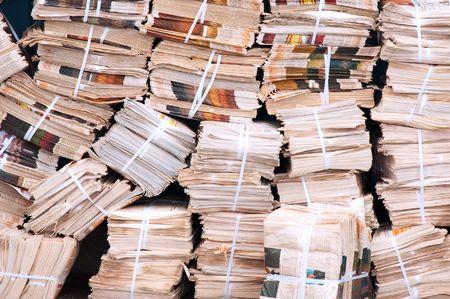 pile papier: �norme pile de journaux dans la Cour arri�re Banque d'images