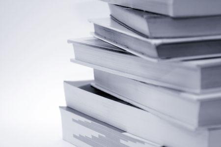 lectura y escritura: Pila de libros sobre fondo blanco