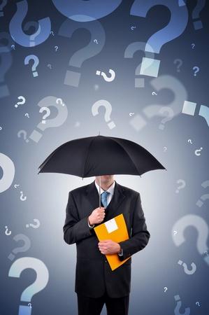 query: Zakenman houdt een paraplu, vraagtekens vallen uit de hemel. Stockfoto