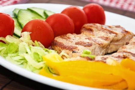 grasas saturadas: Comida deliciosa cena en un plato blanco, cerca de imagen. Foto de archivo