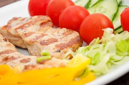 grasas saturadas: Comida deliciosa cena en un plato blanco, cerrar imagen.