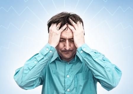 crisis economica: Joven empresario busca ansiosa y preocupada, teniendo un dolor de cabeza
