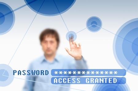 toegangscontrole: Zakenman op de touchscreen-knop te drukken en invoeren van het wachtwoord voor toegang.