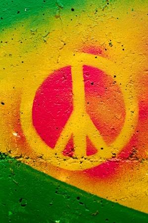 simbolo della pace: Altamente dettagliato vicino immagine di un segno di pace graffiti grunge. Archivio Fotografico