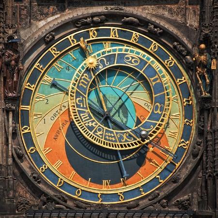 reloj antiguo: Antiguo astronómico de reloj en la Plaza del centro de Praga, República Checa Foto de archivo