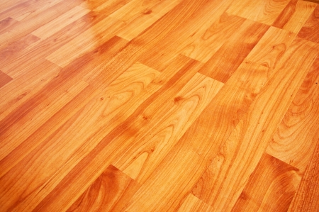 적층: 아름다운 나무 갈색 라미네이트 바닥의 세부를 닫습니다