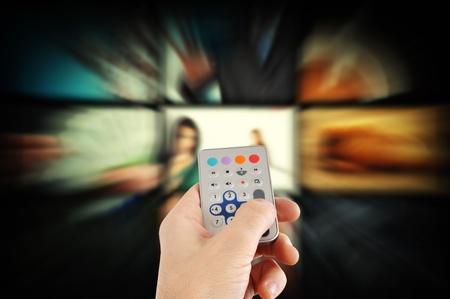 ver tv: El hombre con un mando a distancia y el cambio de canales de TV Foto de archivo