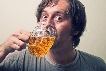 hombre tomando cerveza: Retrato de un hombre de la cerveza bebida para adultos