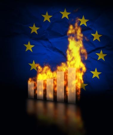 crisis economica: De la Uni�n Europea ecomy accidentes, la quema de cartas gr�ficas en contra de la bandera de la Uni�n Europea Foto de archivo