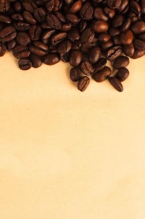 grains of coffee: Mont�n de granos de caf� sobre un papel amarillo
