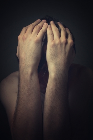 depressione: Triste � l'uomo coprendosi il volto con le mani e piange disperato. Archivio Fotografico