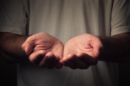 mains ouvertes: Les mains ouvertes d'un homme tenant, donnant, pour atteindre, en tenant notion