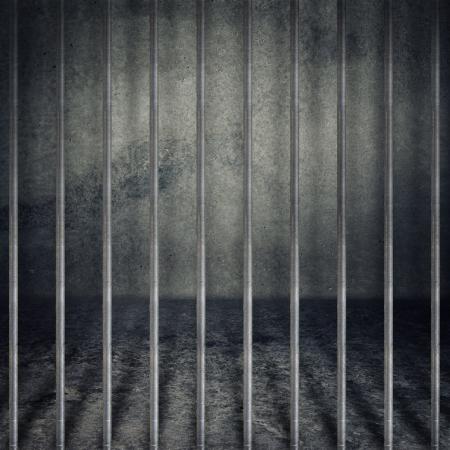 prision: Obsoleto grunge gris cuarto de concreto, celda con barrotes de metal.