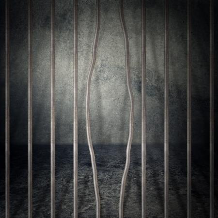 penitenciaria: Obsoleto grunge gris cuarto de concreto, celda con barrotes de metal.