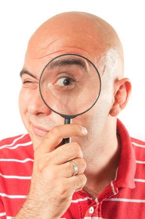 enlarged: Uomo con la lente d'ingrandimento, concentrarsi su occhi allargata.
