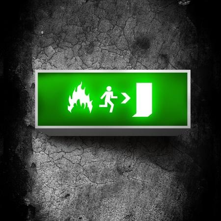 salida de emergencia: Emergencia Bomberos salida letrero en una pared del grunge obsoleto
