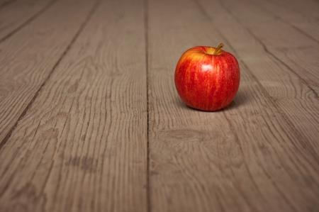 mela rossa: Gustosa mela rossa sul tavolo, immagine di sfondo agricoltura - produzione di alimenti biologici