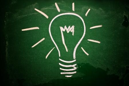 lightbulb: Une ampoule dessin� sur un tableau vert symbolisant des id�es, de l'inspiration et de la cr�ativit�