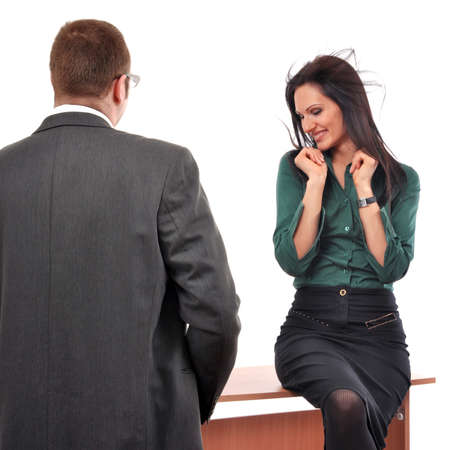 coquetear: Colegas que liga en el concepto de trabajo. Jefe cortejo con la secretaria de la mujer en la oficina.