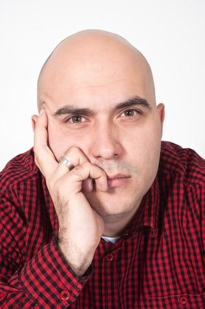 hombre calvo: Retrato de un joven serio hombre calvo adulto