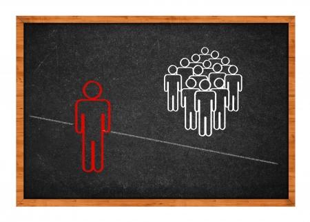 discriminacion: hombre expulsado del grupo, incapaz de cruzar la línea que los separa.