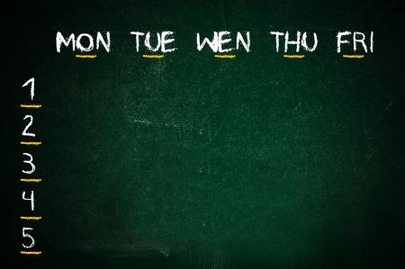 calendario escolar: Escuela escrita a mano en una pizarra verde aula calendario Foto de archivo