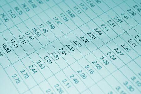 hoja de calculo: Los números en la tabla se muestra en el monitor de la computadora Foto de archivo