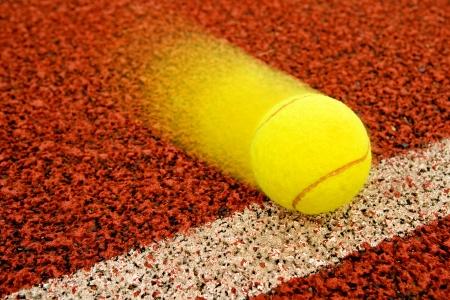Pelota de tenis golpeando la l�nea de un punto photo